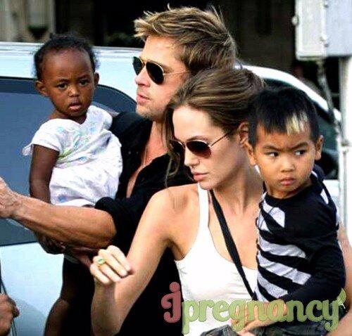 Анжелина и Брэд со своими первыми приемными детьми: сыном Мэддоксом Шиваном и дочерью Захару-Марли