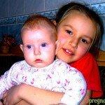 девочка с братиком